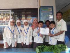 参加証書を受取って喜ぶ子どもたち(インドネシア)