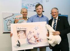 Preisträger Marcus Wilke (mitte) mit den Gratulanten Dr. Axel Friedrich (links) und NABU Präsident Olaf Tschimpke (rechts)