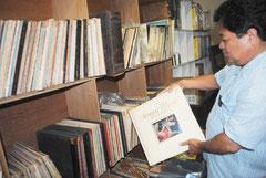 石垣市立図書館に所蔵されている大量のLPレコード(11日午後)