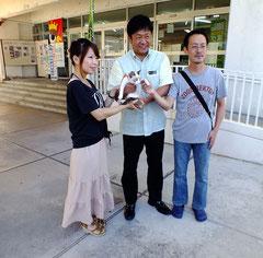 右から早川始代表、中山市長、そして里親になった佐藤絵里奈さん(一番左)