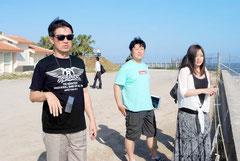 新港地区でPAC3や部隊の配備地の方角を見る観光客(12日午後)