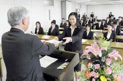 希望と決意を持ち、辞令を受ける新規教職員=八重山教育事務所
