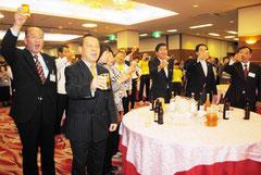 岩手かけはし交流協会主催のパーティで乾杯する石垣、岩手の関係者(22日夜)