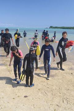 シュノーケリング体験を終え、意気揚々と引きあげる明石小の子どもたち=明石東海岸。