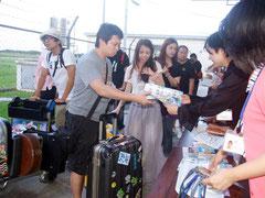 チャーター便で台湾から約70人が来島=28日夕、石垣空港
