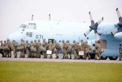 輸送機で石垣空港に到着した陸自部隊(3日午後)
