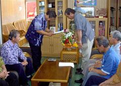 2008年9月、町民514人の署名を持って外間町長に自衛隊誘致を要請する町防衛協会のメンバー