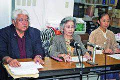 竹富町へ公民教科書を寄贈する方針を発表する町民の会メンバー23日午後、沖教組八重山支部会議室