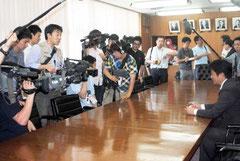 中山市長の記者会見に集まった報道陣=11日午後、市役所