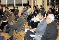教科書問題で原告の支援集会が開かれた=8日夜、市健康福祉センター