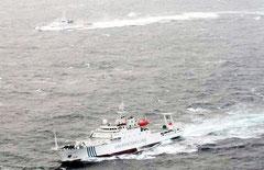 領海内に侵入した「海監50」(写真手前)と巡視船いしがき(奥)=16日(写真提供・第11管区海上保安本部)