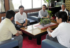 来年も石垣島キャンプを行うことを説明する加藤課長(左から2番目)=市役所