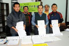 航空運賃の低減を求めて署名活動を展開した住民たち(2011年12月)