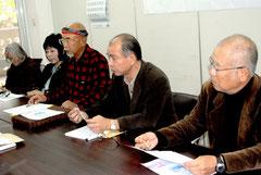 教科書裁判の弁護士費用をめぐり、監査請求書の提出を発表する新垣さん(右から2人目)ら=25日午後、市役所