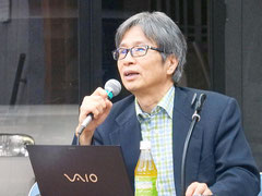 自らのがん治療の実体験を話す日本癌治療学会副理事長の杉山徹医師=24日夜、竹富島まちなみ館