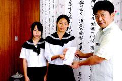 ヨットで台湾を訪れる堀井さん、三上さん(左から)に中山市長が親書を託した=31日午後、市役所