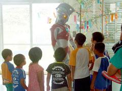 児童養護施設ならさに訪れたウルトラマンエース=7日午前、同施設