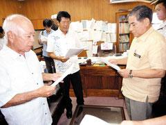 自衛隊配備に反対する要請書を漢那副市長に提出する下野会長(左)=10日午後、市役所