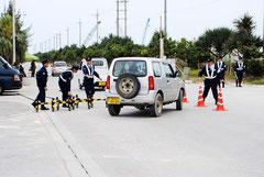 新港地区入口で交通規制する警察官(5日午後)
