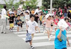 横断歩道を渡り、避難する児童=国道390号線バイパス