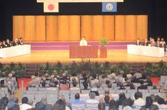 華やかな雰囲気の中、受賞者代表のあいさつをする辻野ヒロ子さん=石垣市民会館、浜崎。