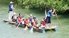宮良川の川下りを楽しむ児童(同校提供)