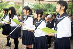 「月桃のうた」など、平和を希求する歌声を披露した八重高合唱部=23日午後、八重守之塔