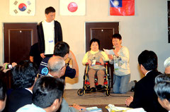 照屋さん(中央)と高野さん、韓国のイさん(左)が参加者宣言、大会への期待を膨らませた=レストラン八重福、大川