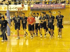 フルセットで敗れ、会場を後にする八重高男子バレー部=市総合体育館