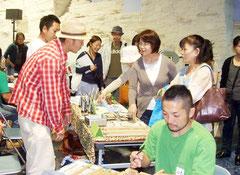 初めて開催された竹富町青年団協議会の「島々もちより物産フェア」=3日午前、とぅもーるネットセンター
