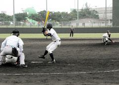 浦添商戦で、力投する加藤翔投手(八商工)=市中央運動公園野球