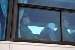 バスで新港地区に入る自衛隊員たち(4日午後)