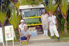 手作りした販売台の前で、おいしい野菜をアピールする利用者ら=共同作業所「ハピル」前、大川