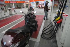 最近では、めっきりセルフのガソリンスタンドが増えている。そのせいか給油も慣れたものだ