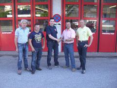 Im Bild der 1. u. 2. Kommandant der Feuerwehr Schleching mit dem Kommando der Feuerwehr Kössen