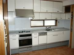 使い慣れた吊り戸棚を残したシステムキッチンの施工事例