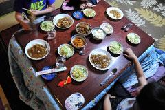 みんなで食べる夕食は、ここに来て初めて、という子も多い。