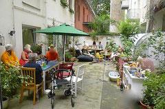 Bild vom gemütlichen Beisammensein auf dem grünen berliner Hinterhof