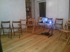 Bild von Beamer und PC in Stuhlreihen im KELCH