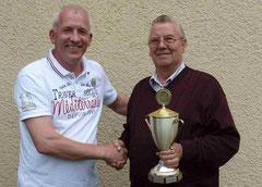 Der Vorsitzende Martin Stiens, gratuliert Paul Hartmann (v.l.) zum ersten Konkurs ab Hemau