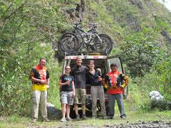 angekommen im Urwald - Simon mit seinen Bikerladies!
