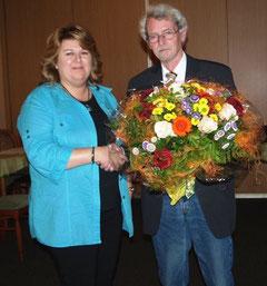 Hans-Jürgen Flore bedankte sich bei Referentin Silvia Wormuth mit Blumen.