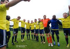 Juni 2013: Großer Jubel nach dem Klassenerhalt! Die Spieler des VfL feiern den 1:0-Sieg beim SSC Dodesheide am letzten Spieltag.