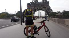 Julian vor dem Eiffelturm.