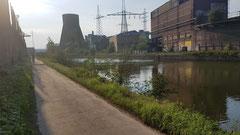 Trauriger Anblick: Zerfallene Industrieanlagen an der Sambre.