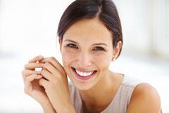 Dunkle und weiße Flecken entfernen, schiefe Zähne begradigen, Ecken wieder ansetzen