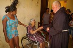 Pater Beda begrüßt Dona Soledade