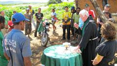 Pater Beda feiert die Messe auf der Müllkippe