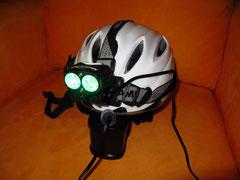 Lampe mit Helmband und Akku am Helm befestigt