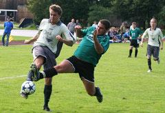 Vor eineinhalb Jahren duellierte sich der SV Schönthal um Stürmer Johannes Erhardt (rechts im Hintergrund Martin Heimerl) mit der Reserve des FC Furth in der A-Klasse. Nun dürfen sich die Schönthalermit der Ersten der Drachenstich-Städter messen.